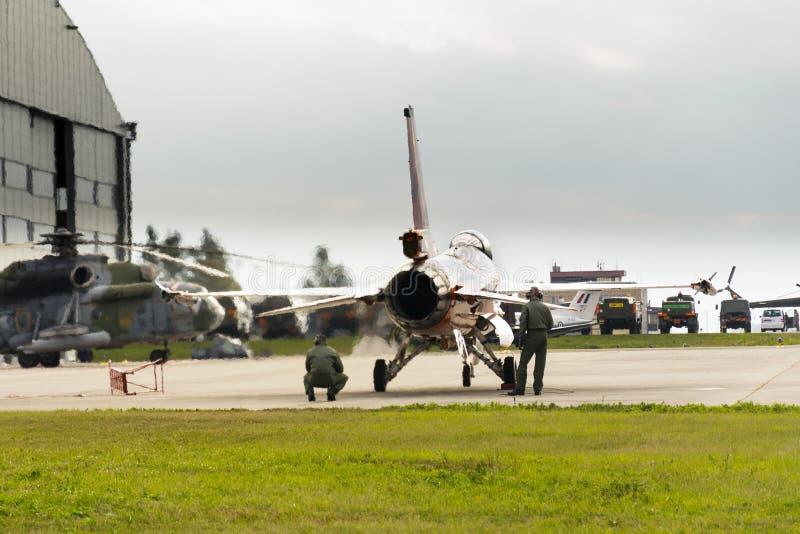 Люди испытывают королевский нидерландский двигатель сокола Lockheed Martin F-16AM военновоздушной силы J-015 воюя стоковые изображения