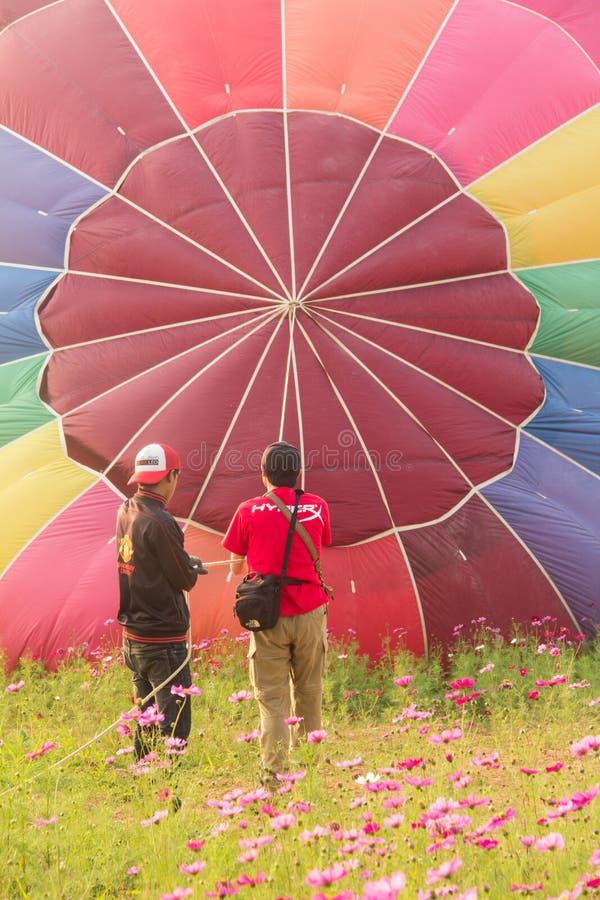 Люди и горячий воздушный шар на земле стоковые изображения rf
