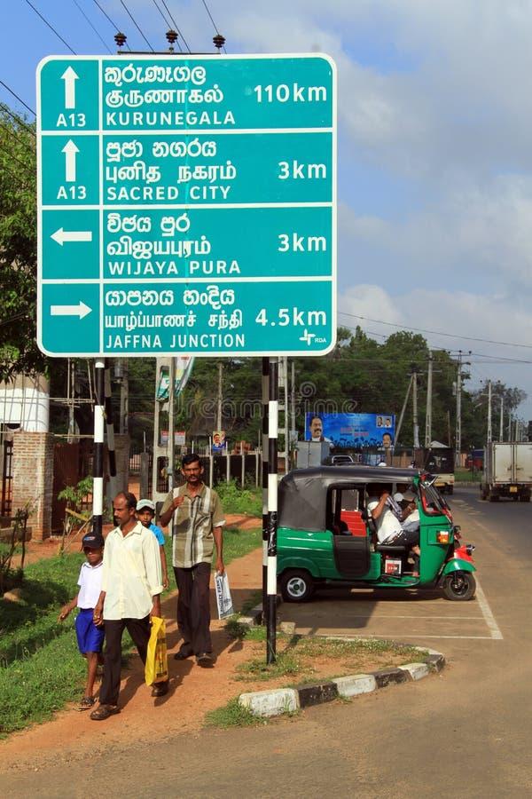 Люди и дорожный знак стоковая фотография rf