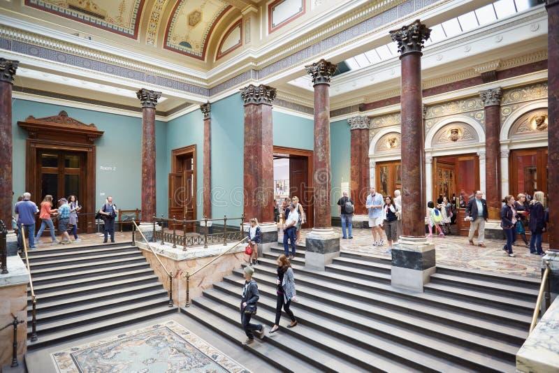 Люди и посетители в интерьере национальной галереи в Лондоне стоковые фото