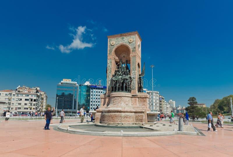 Люди идут вокруг памятника республики на квадрате Taksim в Istanbu стоковое изображение