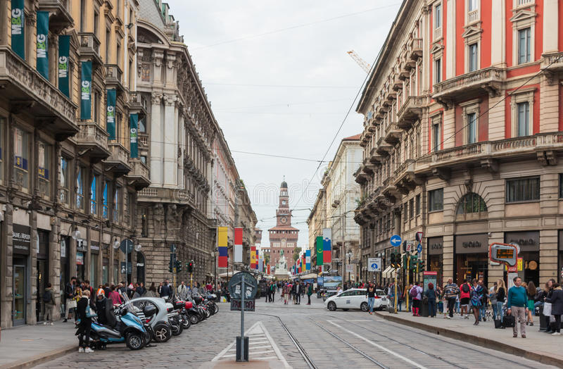 Люди идут вдоль украшенного бульвара Dante в милане стоковое изображение rf
