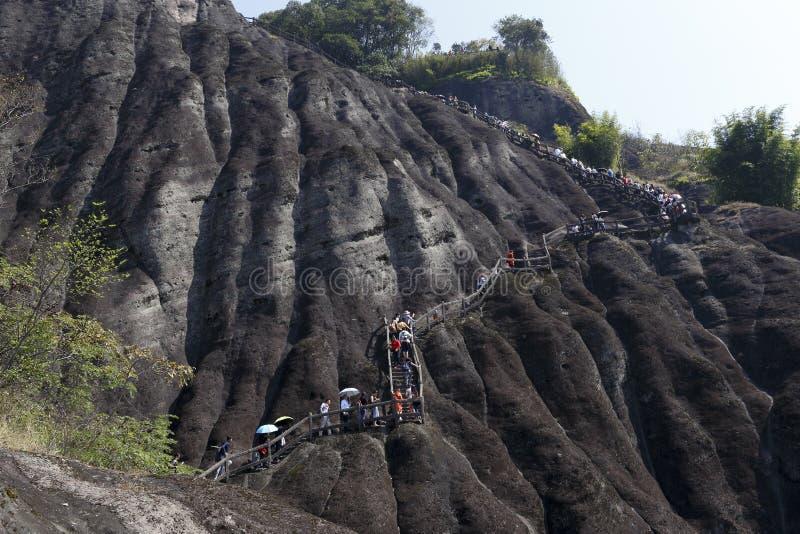 Люди идут вдоль шагов в горы стоковая фотография rf