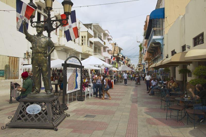 Люди идут на пешеходную улицу в Санто Доминго, Доминиканской Республике стоковое фото rf