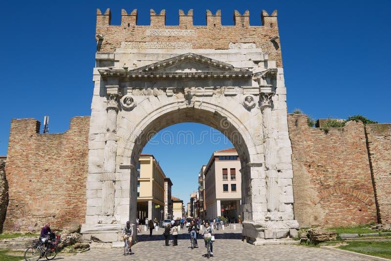 Люди идут под свод Augustus - старый строб романск и исторический ориентир ориентир Римини, Италии стоковые фото