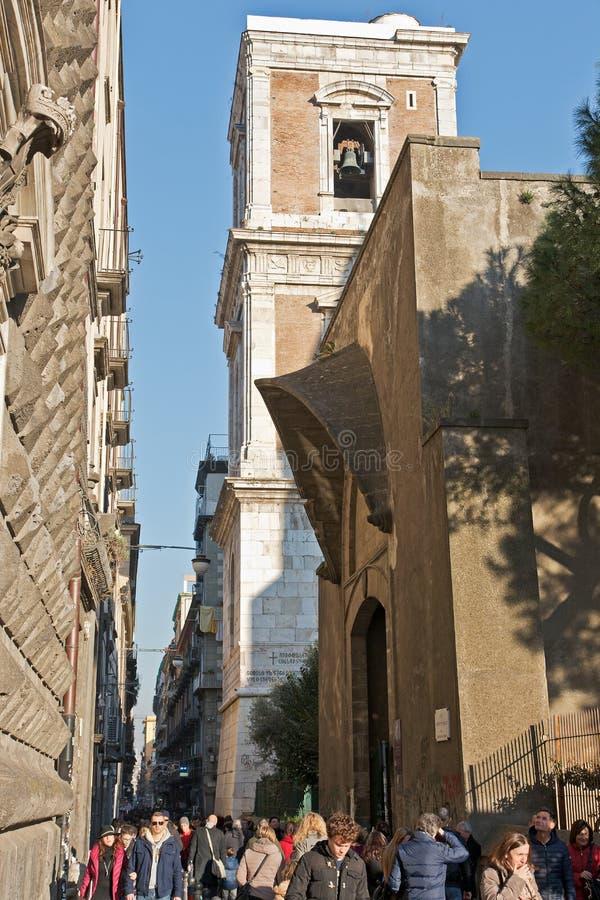 Люди идя вверх по известной улице Spaccanapoli в центральном Napl стоковые фотографии rf