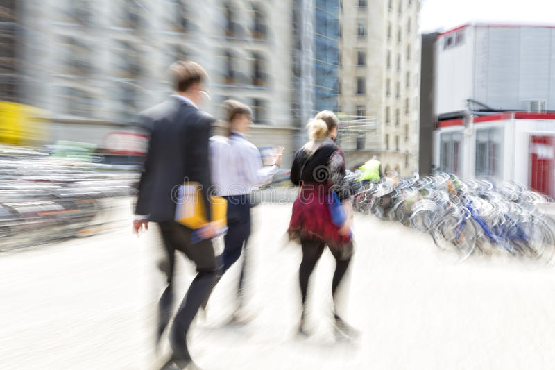 Люди идя в город, нерезкость движения стоковое фото rf