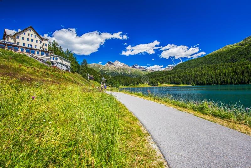Люди идя вдоль озера Sankt Мориц стоковая фотография