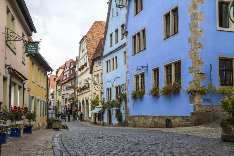 Люди идя вдоль средневековой улицы стоковые изображения rf