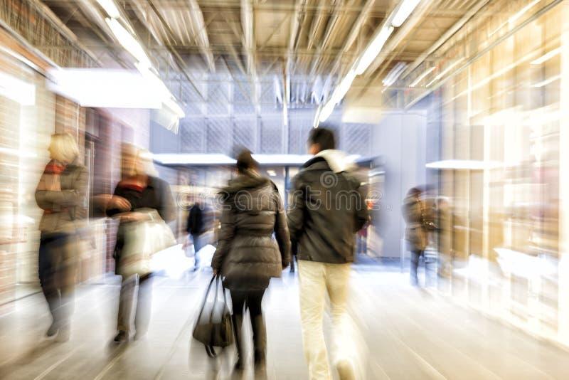Люди идя в торговый центр, влияние сигнала, движение стоковое изображение