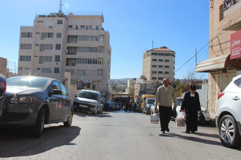 Люди идя в улицу в Вифлееме стоковое фото
