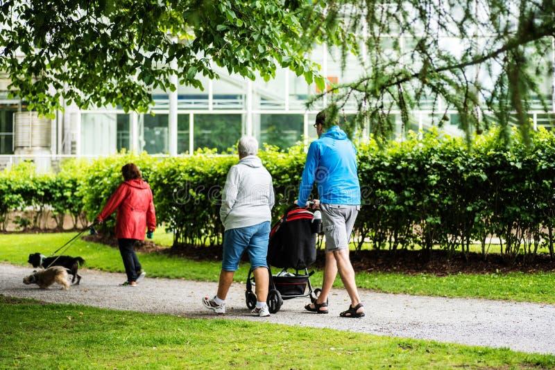 Люди идя в Sorsapuisto паркуют от Тампере, Финляндии стоковые изображения