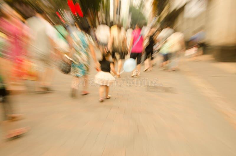 Люди идя на большую улицу города стоковые изображения rf
