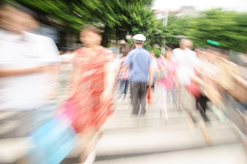 Люди идя на большую улицу города стоковые изображения
