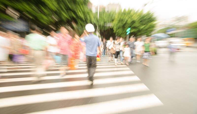 Люди идя на большую улицу города стоковая фотография