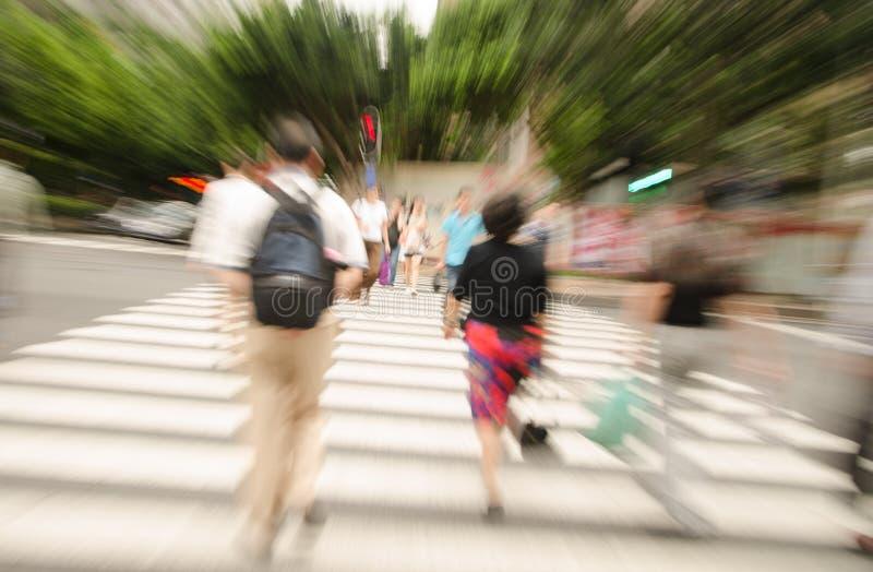 Люди идя на большую улицу города стоковое фото rf