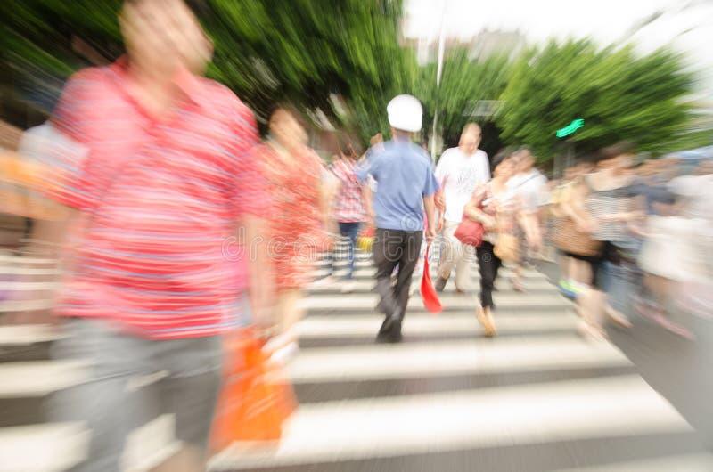 Люди идя на большую улицу города стоковые фото