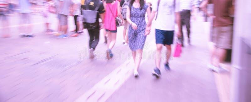 Люди идя на большую улицу города стоковое изображение rf