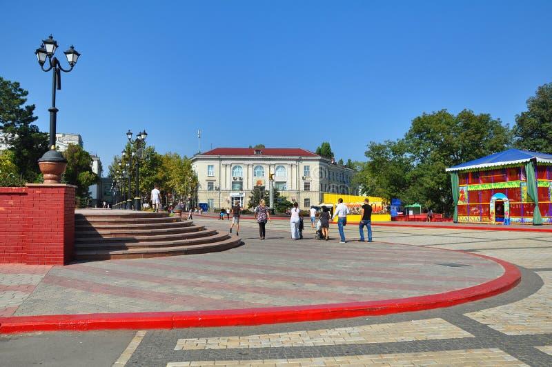 Люди идя на Ленин придают квадратную форму в Kerch, Украине стоковая фотография rf