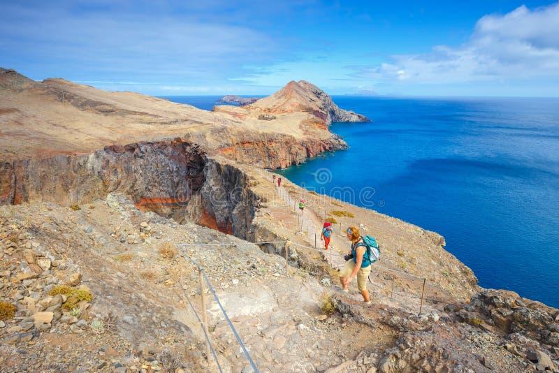 Люди идя на скалы на Ponta de Sao Lourenco стоковое изображение