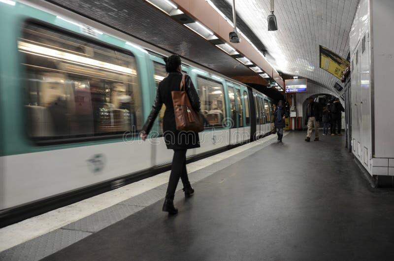 Люди идя на станцию метро, Париж стоковая фотография