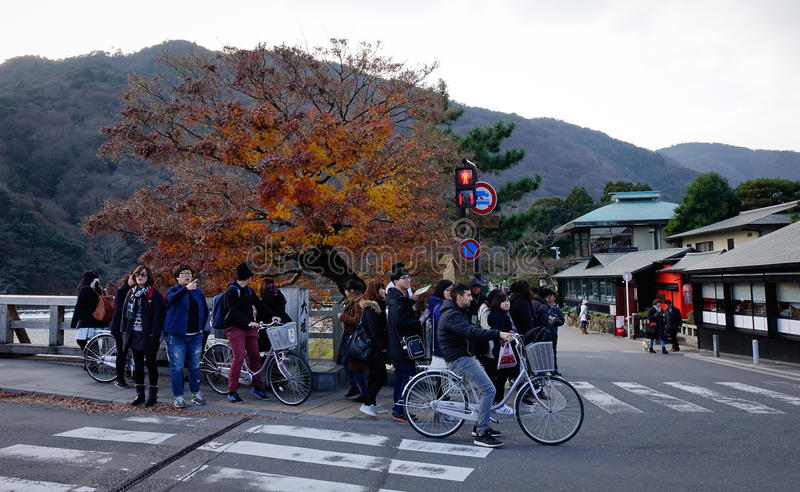 Люди идя на улицу на районе Arashiyama в Киото, Японии стоковая фотография