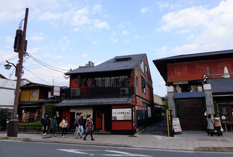 Люди идя на улицу на районе Arashiyama в Киото, Японии стоковые фото