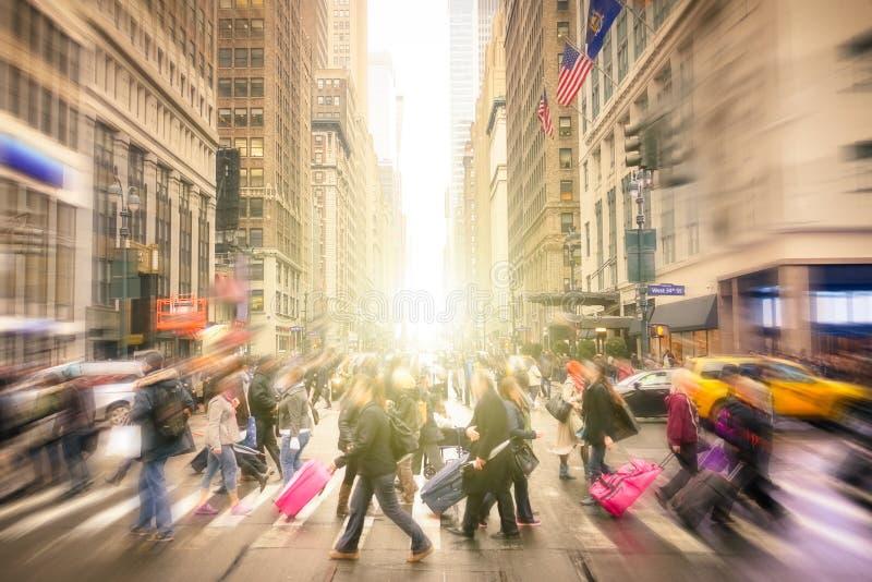 Люди идя на улицы Манхаттана - Нью-Йорка к центру города стоковое фото