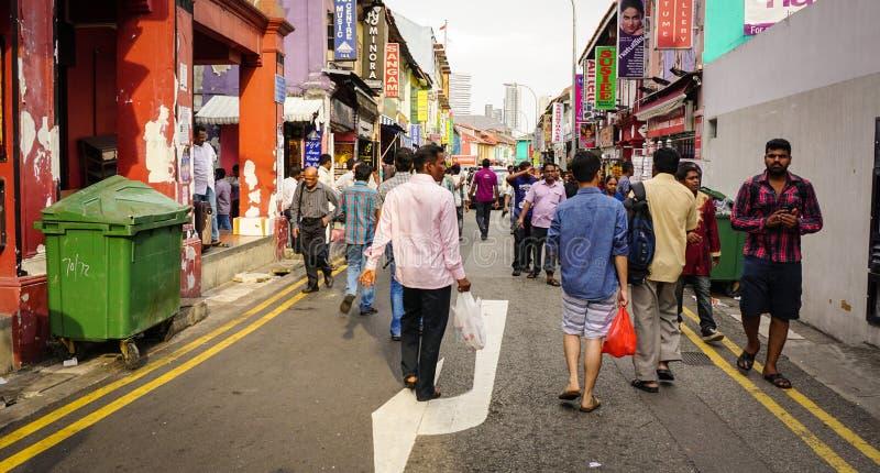 Люди идя на уличный рынок в Чайна-тауне, Сингапуре стоковое фото
