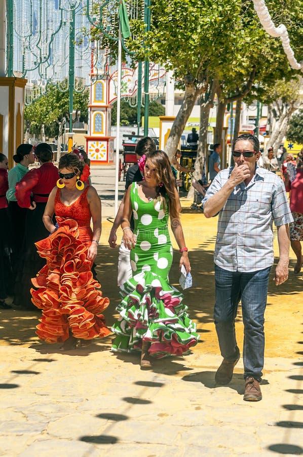 Люди идя на ярмарку стоковые фотографии rf