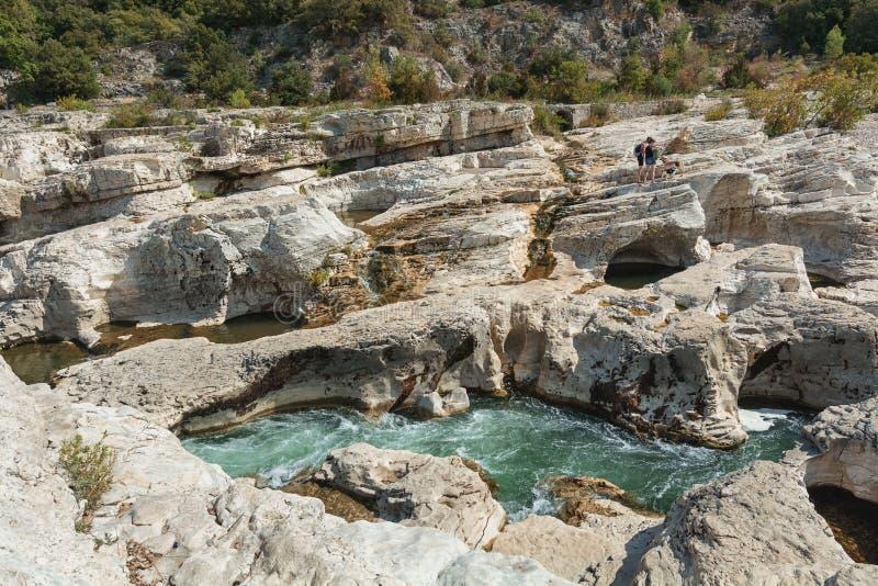 Люди идя с их собаками вдоль банка реки Ceze стоковые фотографии rf