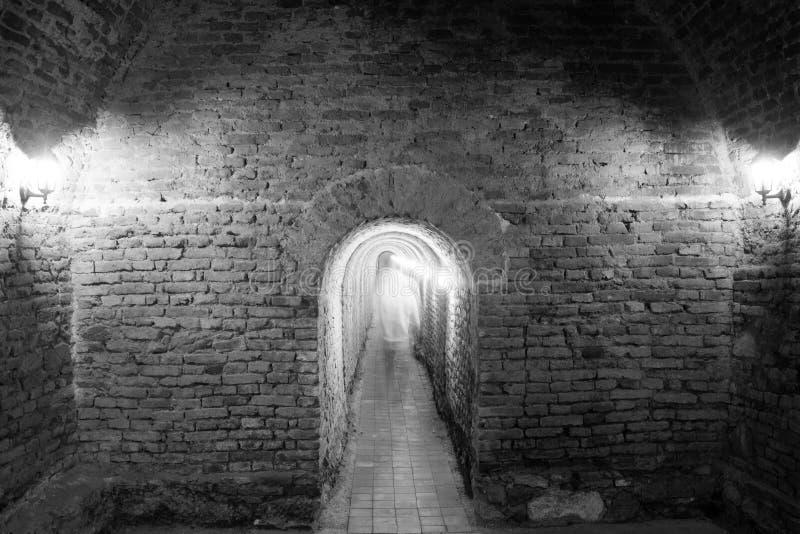 Люди идя через подземный проход стоковое изображение rf