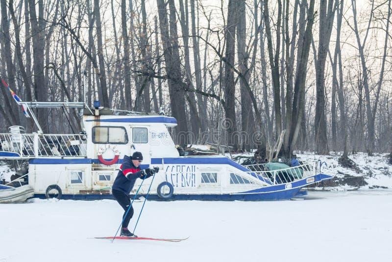 Люди катаясь на лыжах на замороженном Tamis реки в Pancevo, Сербии должной к исключительно холоду над Балканами стоковые фотографии rf