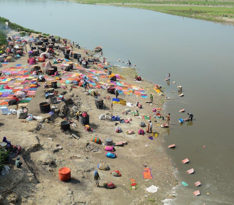Люди моя и суша одежды в Агре, Индии стоковые изображения
