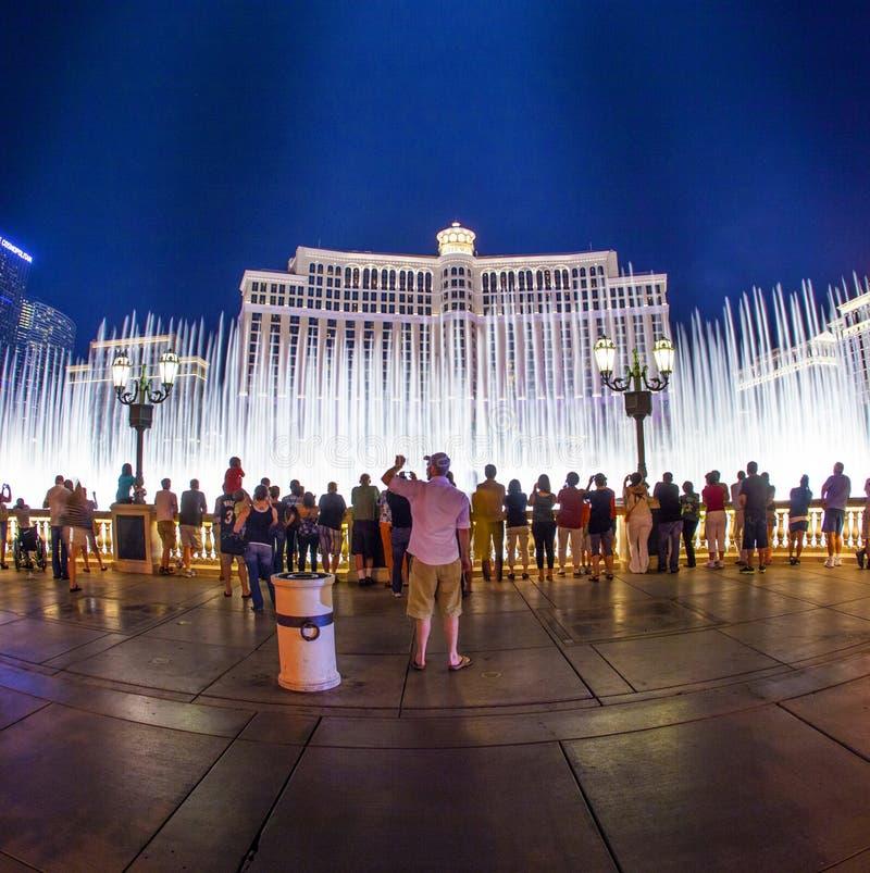 Люди наблюдают известную гостиницу Bellagio   в Лас-Вегас стоковое фото