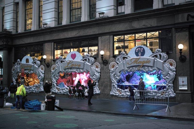 Люди наблюдая дисплей окон праздника ` s Macy стоковая фотография