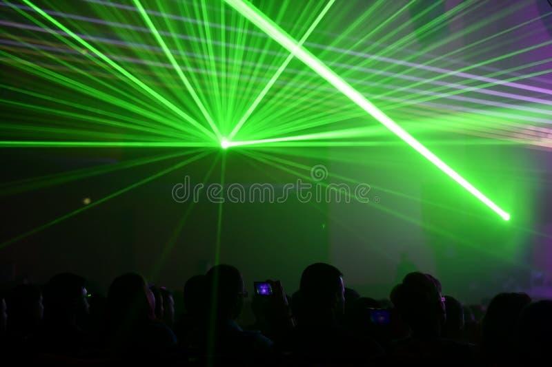 Люди наблюдая, как лазер показал стоковые изображения rf