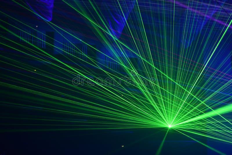 Люди наблюдая, как лазер показал стоковые изображения