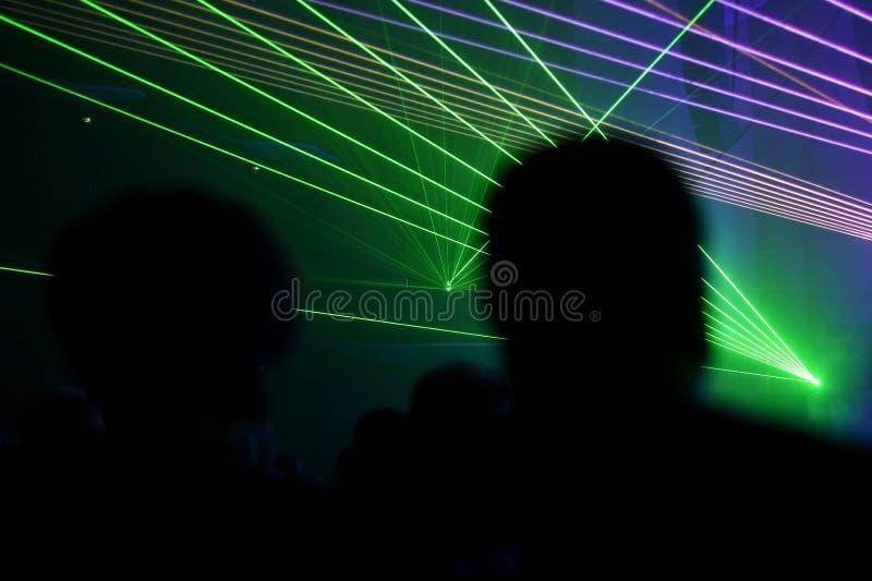 Люди наблюдая, как лазер показал стоковая фотография rf