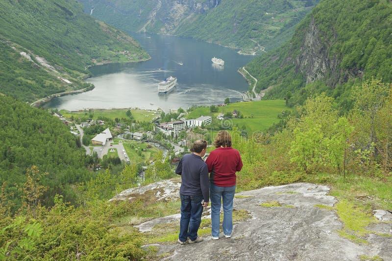 Люди наслаждаются взглядом к фьорду Geiranger в Geiranger, Норвегии стоковое фото