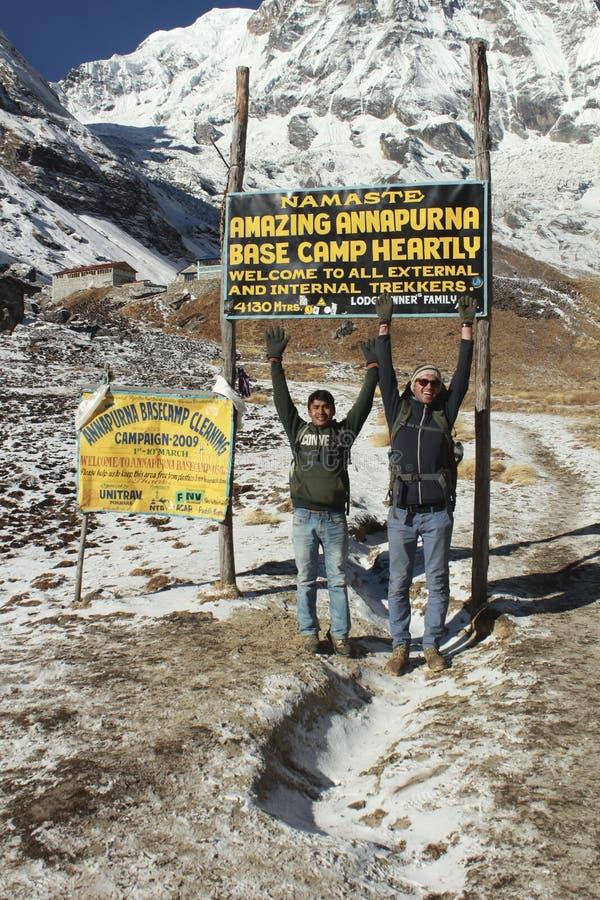 Люди наслаждаются входом для того чтобы установить базовый лагерь Annapurna стоковые фото