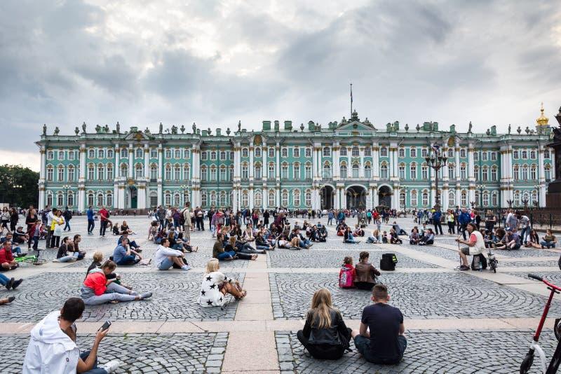 Люди наслаждаются искусством музыканта в квадрате дворца, St улицы стоковое изображение rf