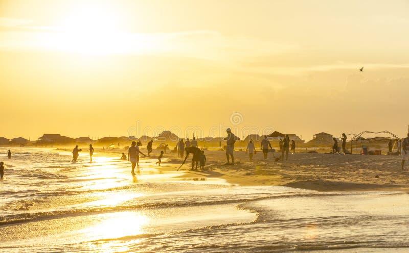 Люди наслаждаются красивым пляжем в позднем вечере на дофине i стоковое фото rf