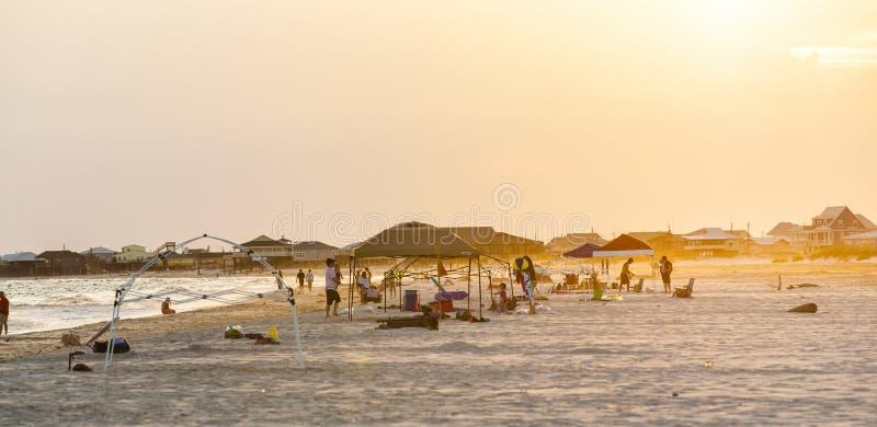 Люди наслаждаются красивым пляжем в позднем вечере на дофине i стоковые изображения rf
