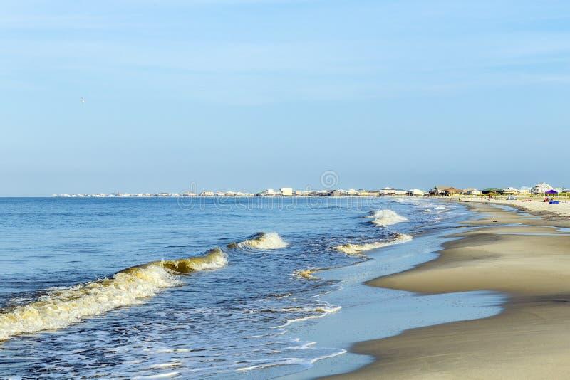 Люди наслаждаются красивым пляжем в позднем вечере на дофине i стоковое изображение