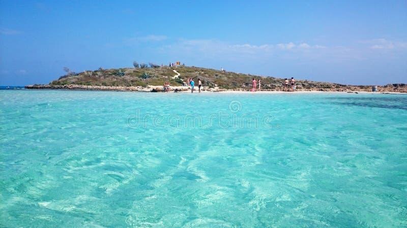 Люди наслаждаются солнечным днем на пляже Nissi, Кипре стоковая фотография rf