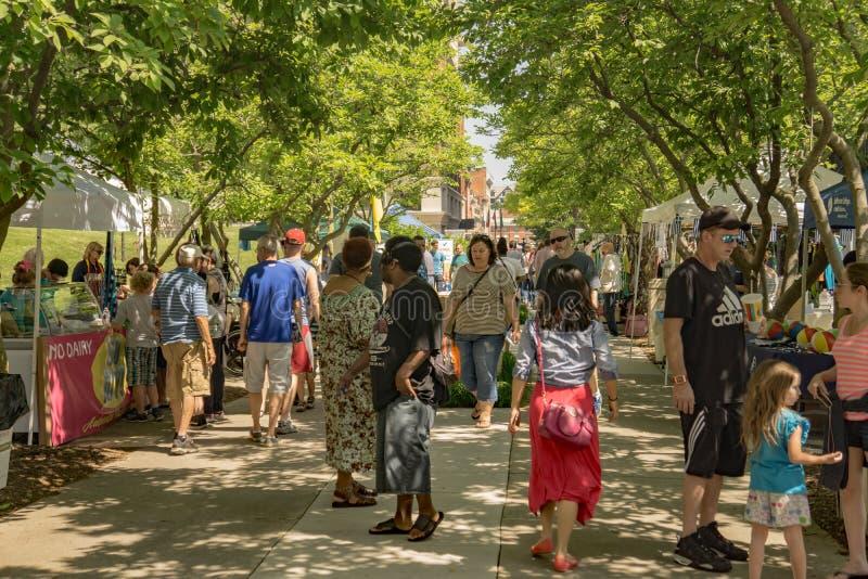 Люди наслаждаются фестивалем цветов ежегодника местным стоковые фотографии rf