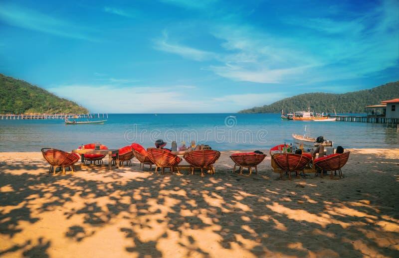 Люди наслаждаясь красивыми пляжем и морем в Koh Rong Samloem стоковая фотография rf