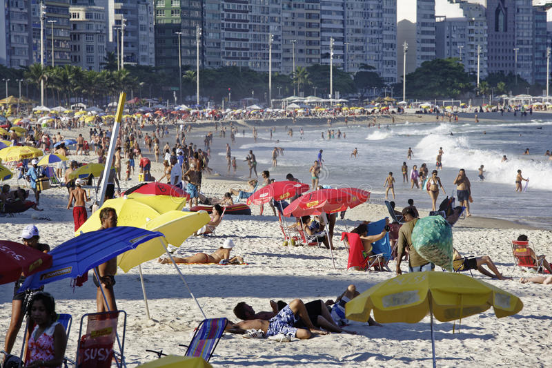 Люди наслаждаясь Copacabana приставают к берегу в Рио-де-Жанейро Бразилии стоковые изображения