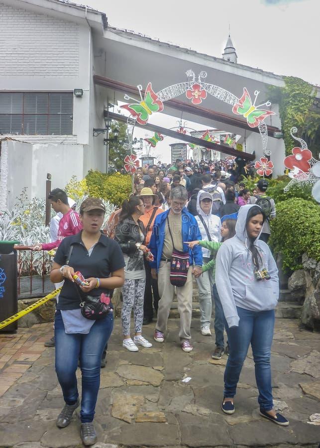 Люди на базилике Monserrate в городе Боготы Колумбии стоковые изображения